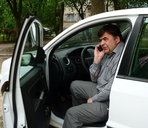 А ще мій татик, як і я - тільки недавно почав водити машину! :)